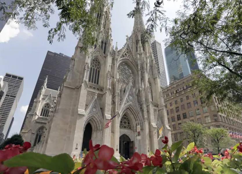 دخل كاتدرائية في نيويورك حاملاً قارورتي بنزين... وهذا ما حصل!